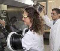 Zu sehen sind zwei Forschende im Labor der neuen Batterieforschungscluster.
