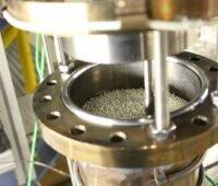 Zu sehen ist Hochtemperatur-Wärmespeicher im kleinen Maßstab, mit dem die Forschenden Flüssigmetall als Wärmeträgerfluid testen.