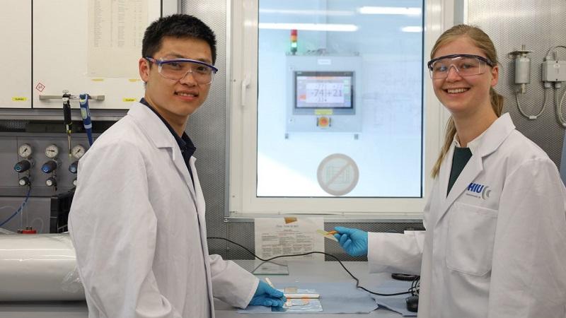 Zu sehen sind Forschende im Labor, die Feststoffbatterien als Stromspeicher der kommenden Generation entwickeln.
