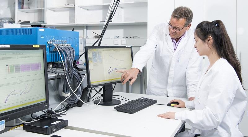 Zu sehen sind zwei Forschende im Labor bei der Entwicklung einer neuartigen Lithium-Metall-Batterie.