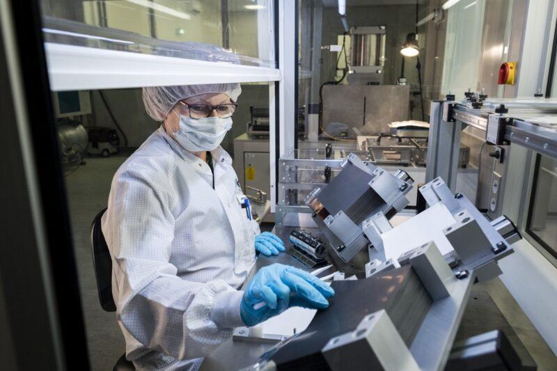 Zu sehen ist die Herstellung eines Elektrodenstapels im Labor als Teil der Qualitätsoffensive für bessere Batterien am KIT.