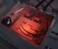 Zu sehen ist der Testaufbau des KIT für Sicherheitsprüfungen für Batteriesysteme.