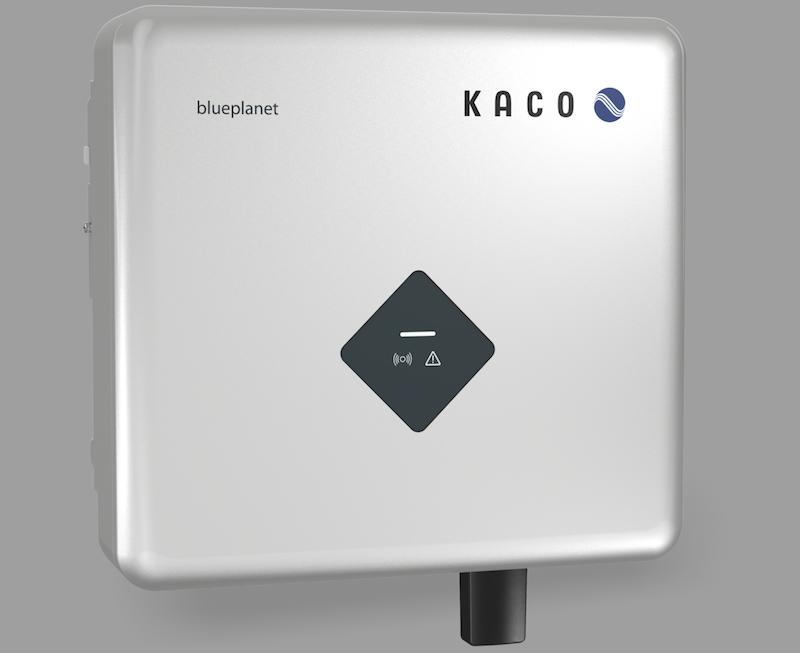 silberfarbener, quadratischer Kasten - der neue einphasige Wechselrichter von Kaco