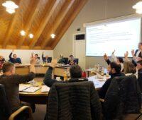 Das Bild zeigt die ASbstimmung im Gemeinderat von Schlier für kaltes Nahwärmenetz mit Photovoltaik und Wärmepumpe.zurm