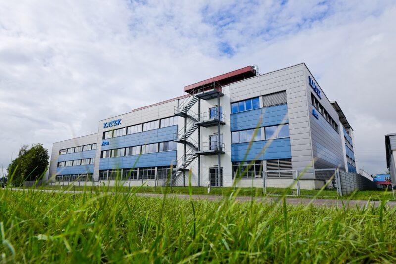 Zu sehen ist das Katek-Werk in Memmingen, wo die Wechselrichter für Photovoltaik-Heimspeicher gefertigt werden.