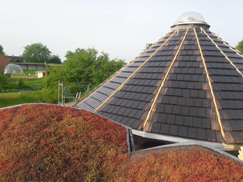 Ein Kegeldach gedeckt mit Solarziegeln