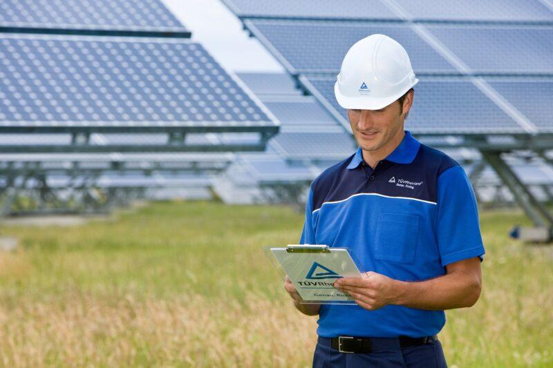 Zu sehen ist ein Mitarbeiter vom TÜV Rheinland in einem Solarpark. Das Wissen über klimaabhängige Erträge von Photovoltaik-Modulen ist wichtig für die Solarbranche.