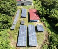 Eine Luftaufnahme zeigt die Photovolatikdächer eines Inselnetzes in Thailand.