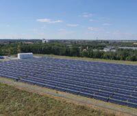 Zu sehen ist ein Solarheizwerk. Die Potenziale der erneuerbaren Energien spielen bei der kommunalen Wärmeplanung eine wichtige Rolle.