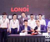 Zu sehen ist die Vertragsunterzeichnung der Kooperation von Enpal und LONGi.