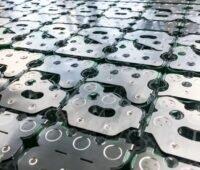 Zu sehen sind laserverschweißte Lithiumionen-Batteriepacks, eine der Produktionslösungen für Lithiumionen-Batteriesysteme von Manz.