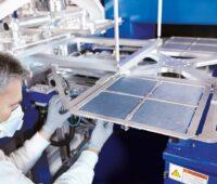 Zu sehen ist ein Arbeiter in der Fertigung. Ab April gibt es Kruzarbeit bei Singulus Technologies.