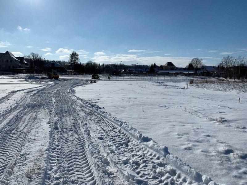 """Zu sehen sind Baggerspuren im Schnee auf der Baustelle vom Photovoltaik-Solarpark """"Altes Kraftwerk"""" in Zschornewitz."""
