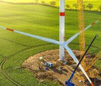 Zu sehen ist der Bau einer Windenergieanlage. Um 100 Prozent Erneuerbare in Deutschland erreichen zu können sind zwei Prozent der Landesfläche nötig.