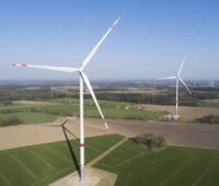 Zu sehen ist ein Windpark, von denen es in NRW demnächst weniger geben könnte, weil die Landesregierung den Windenergie-Zubau blockiert.
