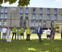 Zu sehen sind Vertreter von einmehr und den Lechwerken vor dem Inklusionshotel zur Einweihung der Photovoltaik-Anlage für einsmehr.