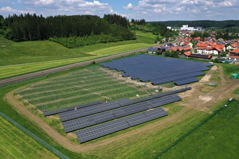 Zu sehen ist eine Luftaufnahme der im Bau befindlichen Photovoltaik-Freiflächenanlage in Biessenhofen.