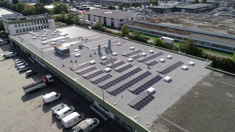 Zu sehen ist die Photovoltaik-Dachanlage der LEW, die mit dem neuartigen Photovoltaik-Montagesystem für bekieste Flachdächer installiert wurde.