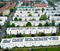 Photovoltaikanlagen auf Flachdächern einer Mietwohnsiedlung