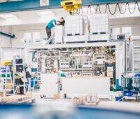 Zu sehen ist eine LOHC-Anlage in einer Halle zur Weiterentwicklung der LOHC-Technologie zum Transport von Wasserstoff.