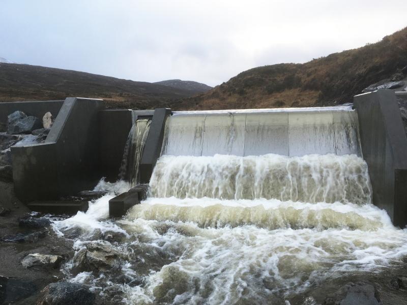 Ablaufendes Wasser bei einem Laufwasserkraftwerk.