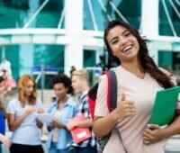Zu sehen ist eine Studentin, die ihren Abschluss im Studium gemacht hat. Warum nicht im Studiengang Nachhaltige Ingenieurwissenschaft?