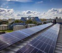 Zu sehen ist die Photovoltaik-Anlage, die der Lippeverband auf den Dächern seiner Kläranlage in Kamen installiert hat.