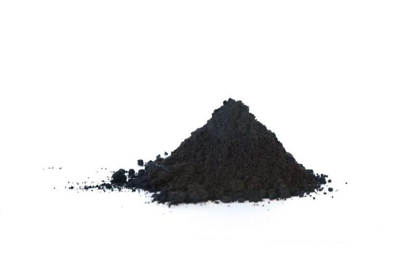 Zu sehen ist ein schwarzes Pulver. Lithium-Eisenphosphat wie das Nanophosphate-Kathodenpulver kommt meist als grafithaltiges Pulver in den Handel.