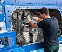 Zu sehen ist ein Mitarbeiter an der neuen Lithiumionenbatterie-Recycling-Anlage.