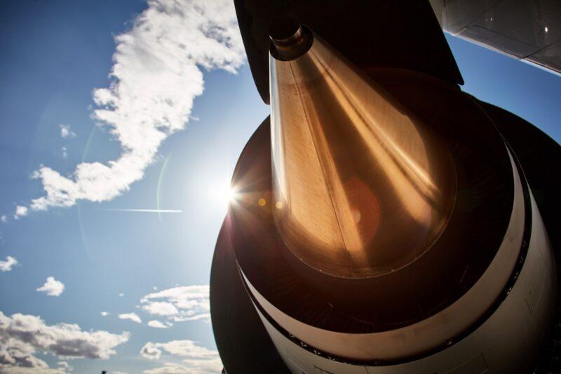 Zusehen ist ein Triebwerk einer Boeing 777. Norsk e-Fuel will synthetisches Kerosin für die Luftfahrt in Norwegen bereitstellen.
