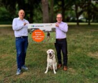 Christoph Waffenschmidt, Vorstandsvorsitzender von World Vision Deutschland (rechts), und Christian Chudoba, CEO bei Lumenaza halten ein Schild.