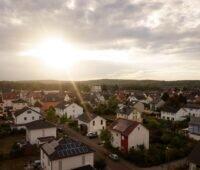 Zu sehen ist ein Einfamilienhaus in einer Siedlung, das sich für das Home Energy Management eignet.