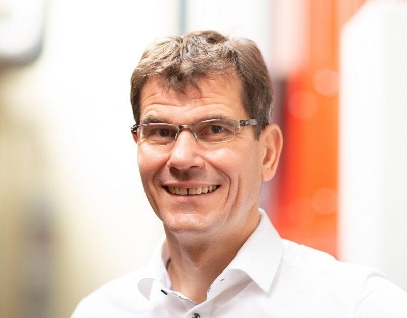 Zu sehen ist Lumenion-Geschäftsführer Hanno Balzer, dessen Unternehmen die Hochtemperatur-Stahlspeichertechnologie für grüne Prozesswärme entwickelt hat.