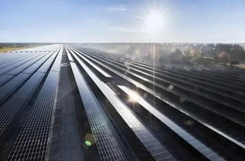 Zu sehen ist ein Photovoltaik-Solarpark von Belectric. Das Unternehmen baut den größten unabhängigen Photovoltaik-Solarpark in Deutschland.