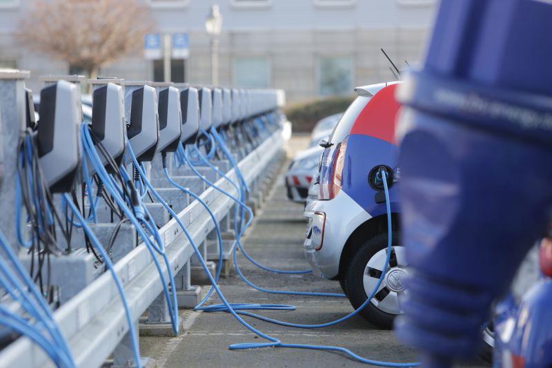 Ladeparkplatz für eine Reihe von Elektromobilen.