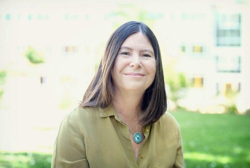 Zu sehen ist die Energieministerin Ulrike Höfken, die ishc über den Erfolg vom Photovoltaik-Speicher-Förderprogramm in Rheinland-Pfalz freut.