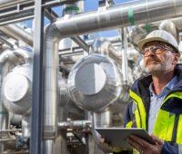 Zu sehen ist ein Mitarbeiter vor einer Fernwärme-Anlage. Mit dem Mannheimer Modell will der Energieversorger MVV seine Fernwärme dekarbonisieren und bis 2045 klimapositiv werden.