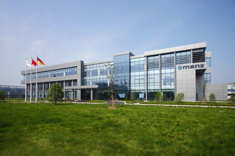 Zu sehen ist der Manz Standort Suzhou in China, einer Fertigungsstätte für Photovoltaik-, Display- und Leiterplattenequipment. Im Manz Geschäftsjahr 2020 ist der der Solarbereich geschrumpft.