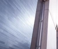 Wie Mauersteine: blaues Matrix-Schindel-Modul integriert in eine Fassade
