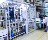 Im Labor testet das Fraunhofer-Institut eine potenzielle Industrieanlage für grünes Methanol.
