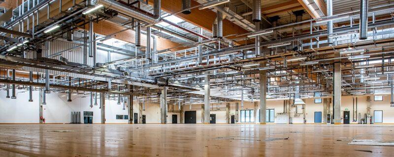 Zu sehen ist eine Halle in Bitterfeld. Der geplante Aufbau einer Solarzellenfertigung dort hat für Meyer Burger Verluste verursacht.