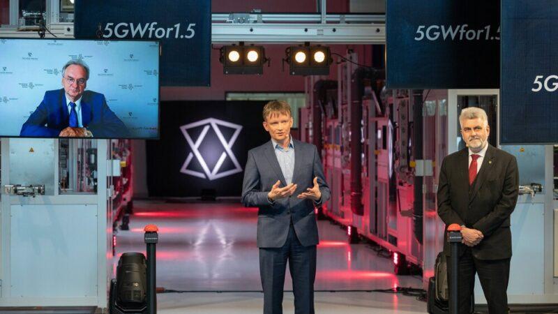Zu sehen sind CEO Gunter Erfurt (links) und der sachsen-anhaltinische Wirtschaftsminister Armin Willingmann bei der Eröffnung der Solarzellenproduktion in Bitterfeld-Wolfen.