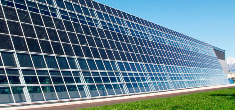 Fabrikfassede mit Photovoltaik