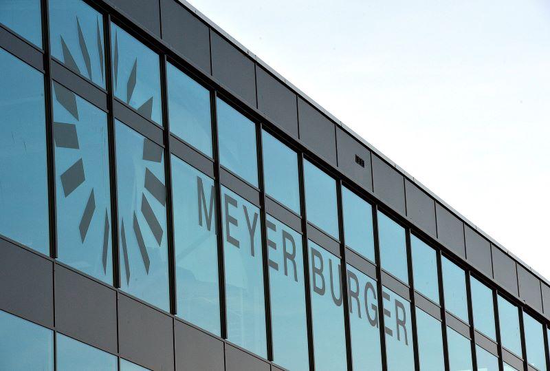 Die Myer Burger Zentrale in Thun: Blick auf Glasfassade mit Logo