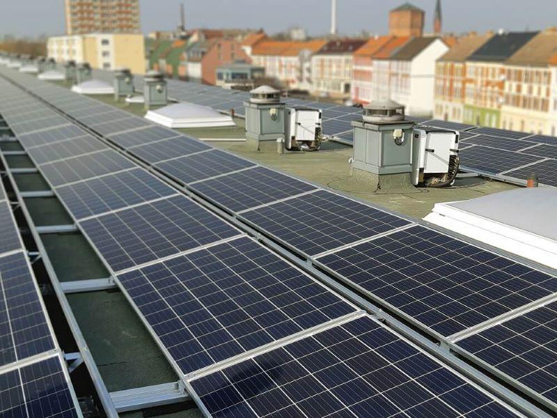 Eine PV-Anlage auf dem Dach eines städtischen Gebäudes