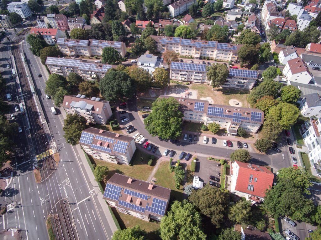 Mieterstrom-Modell in Frankfurt: Mietshäuser von oben mit Photovoltaikanlagen