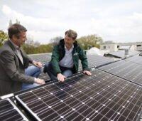 Mieterstrom Photovoltaik-Anlage auf Dach mit zwei Männern