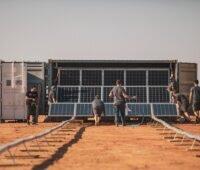 Zu sehen ist der Sunsys Mobile, der als mobiler Photovoltaik-Speicher bei der Rallye Dakar zum Einsatz kam.