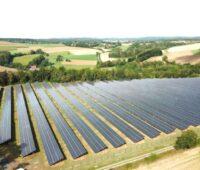 Eine Solar-Freiflächenanlage im landwirtschaftlichen Umfeld.