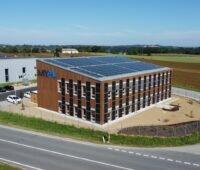 Zu sehen ist der Firmensitz von My-PV, der als solarelektrischer Gewerbebau konzipiert ist und daher mit Photovoltaik-Modulen beheizt wird.
